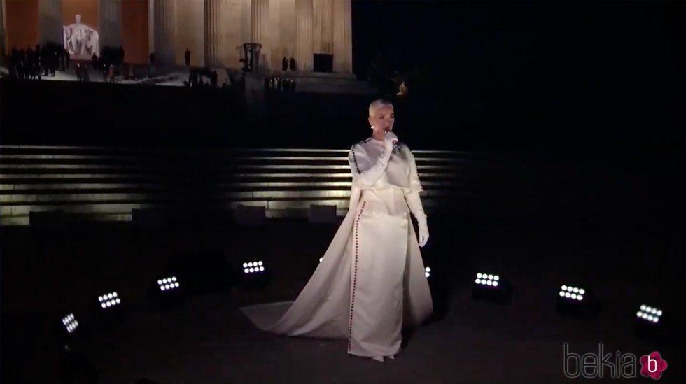 Katy Perry, actuando en la toma de posesión de Joe Biden entre fuegos artificiales