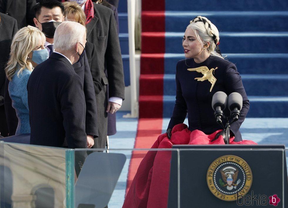 Lady Gaga, saludando a Joe Biden y a su mujer en su toma de posesión