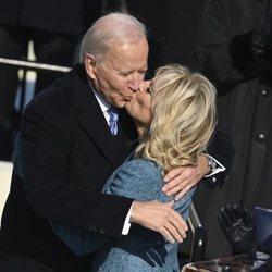 Joe Biden, besando a su mujer Jill Biden tras convertirse en el 46º Presidente de Estados Unidos