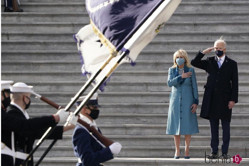Joe Biden y su mujer Jill Biden, emocionados ante el desfile militar por su toma de posesión