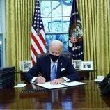 Joe Biden ocupa el despacho oval y firma nuevos decretos