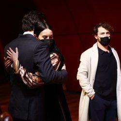 Mario Casas y Milena Smit abrazándose en los Premios Días de Cine 2021
