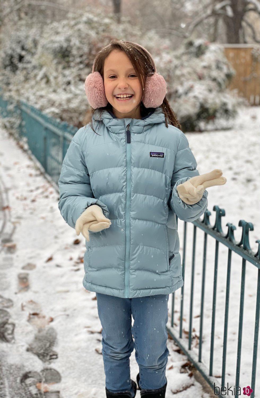 Athena de Dinamarca posando en la nieve por su noveno cumpleaños