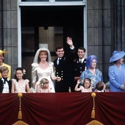 El Príncipe Andrés y Sarah Ferguson en su boda junto a la Reina Isabel, el Duque de Edimburgo, la Reina Madre, el Príncipe Eduardo, Susan Barrantes y Zara