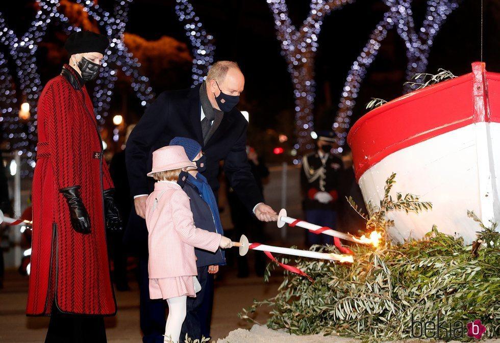 Charlene de Mónaco observa a Alberto de Mónaco y a sus hijos Jacques y Gabriella de Mónaco en la quema de la barca de Santa Devota 2021