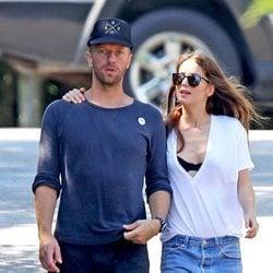 Chris Martin y Dakota Johnson dando un paseo por los Hamptons