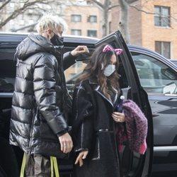 Megan Fox luciendo un sospechoso anillo junto a Machine Gun Kelly