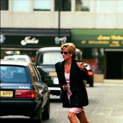 Lady Di echando a correr para huir de los fotógrafos