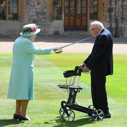 La Reina Isabel en la investidura del Capitán Tom Moore como Caballero