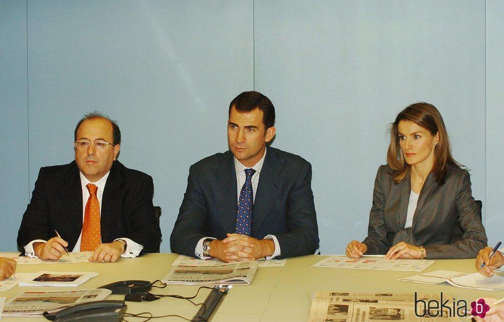 Los Reyes Felipe y Letizia con José Antich en su visita a La Vanguardia cuando eran Príncipes de Asturias