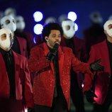 The Weeknd, rodeado de sus bailarines en la Super Bowl 2021