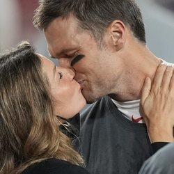Tom Brady y Gisele Bündchen besándose en la Super Bowl 2021