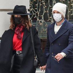 Juana Acosta y Charles Azalet paseando por Madrid