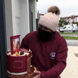 Kiko Rivera sostiene una original tarta por su cumpleaños