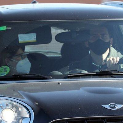 Iker Casillas con su suegra saliendo del hospital en el que está ingresada Sara Carbonero