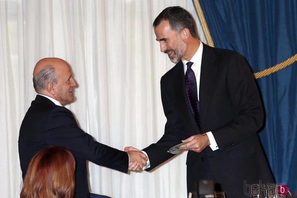 El Rey Felipe saluda a José Antonio Zarzalejos