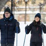Los Príncipes Victoria y Daniel de Suecia dando un paseo por la nieve