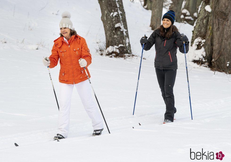 La Reina Silvia de Suecia y la Princesa Victoria de Suecia dando un paseo por la nieve
