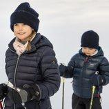Los Príncipes Estela y Oscar de Suecia dando un paseo por la nieve