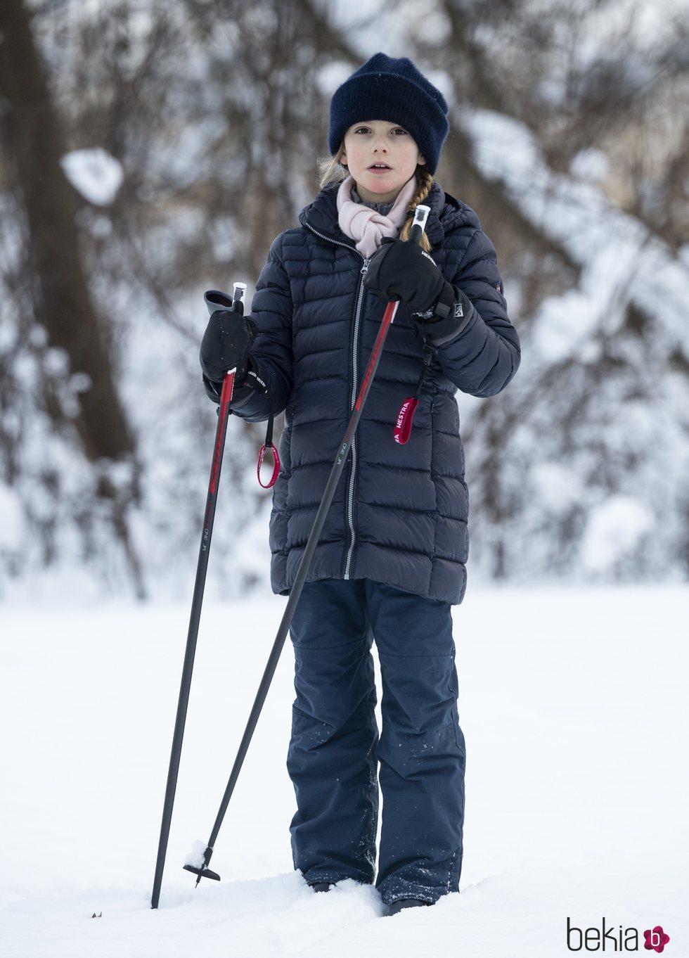 La Princesa Estela de Suecia posando en la nieve