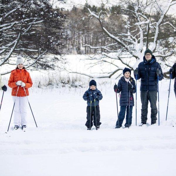 Posado de los Reyes suecos y la Princesa Victoria y su familia en la nieve