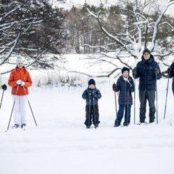 Los Reyes Carlos Gustavo y Silvia y los Príncipes Victoria, Daniel, Estela y Oscar de Suecia posando en la nieve