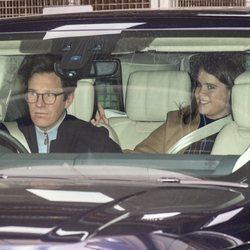 Eugenia de York y Jack Brooksbank saliendo del Portland Hospital de Londres