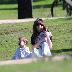 Isabel Jiménez en el parque con sus dos hijos