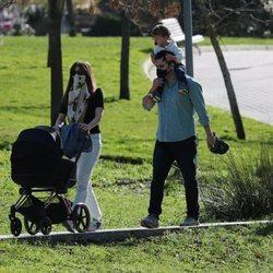 Isabel Jiménez con su marido y con sus dos hijos en el parque
