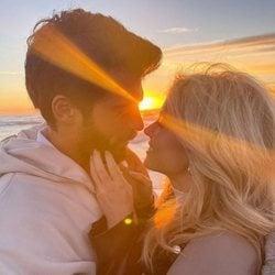Can Yaman con Diletta Leotta durante una puesta de sol