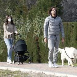 Feliciano López y Sandra Gago dando un paseo con su hijo y su mascota