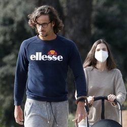 Feliciano López y Sandra Gago dando un paseo con su hijo