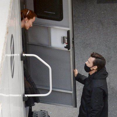 Harry Styles saludando a Olivia Wilde en el set de rodaje de 'Don't Worry Darling'