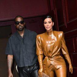 Kanye West y Kim Kardashian en la Semana de la Moda de París en febrero de 2020