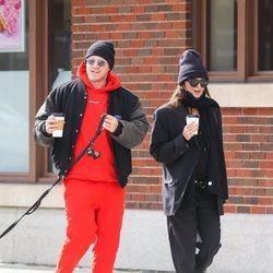 Sebastian Bear-McClard y Emily Ratajkowski paseando por Nueva York