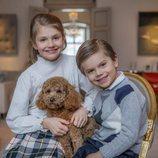 Estela de Suecia con su hermano Oscar de Suecia y su perro Rio en su 9 cumpleaños