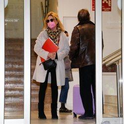 Lydia Lozano acompañada de su marido Charly en el hospital