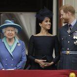 El Príncipe Harry y Meghan Markle muestran su complicidad frente a la Reina Isabel en el centenario de la RAF