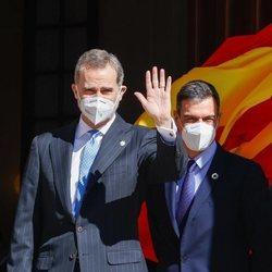 El Rey Felipe saludando junto a Pedro Sánchez en el acto por el 40 aniversario del 23F