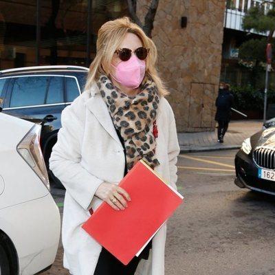 Lydia Lozano llegando al hospital para la intervención de cervicales