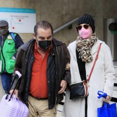 Lydia Lozano y su marido Charly tras recibir el alta hospitalaria