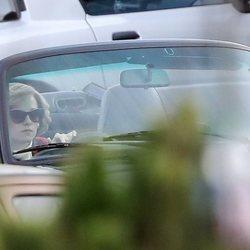 Kristen Stewart caracterizada como Lady Di conduciendo durante el rodaje de 'Spencer