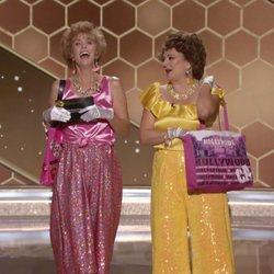 Kristen Wiig y Annie Mumolo caracterizadas como 'Barb & Star' en los Globos de Oro 2021