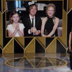 Rosie Perez y Nicole Kidman con Keith Urban y una de sus hijas en los Globos de Oro 2021