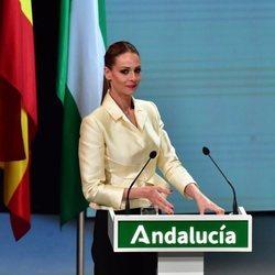 Eva González haciendo entrega de las Medallas de Andalucía 2021