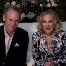 Bo Welch y Catherine O'Hara en los Globos de Oro 2021