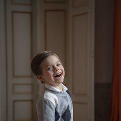Oscar de Suecia, muy divertido en su posado por su 5 cumpleaños