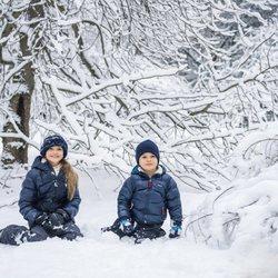 Estela y Oscar de Suecia posan en la nieve