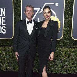 Gal Gadot y Yaron Versano en los Globos de Oro 2018