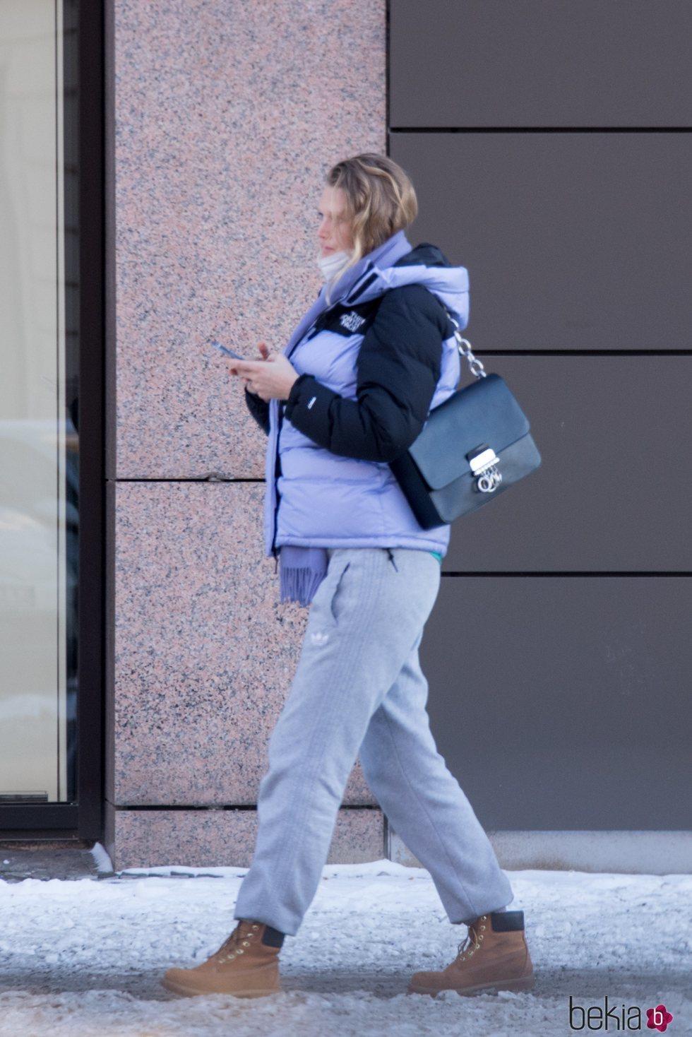 Toni Garrn luce embarazo en Berlín